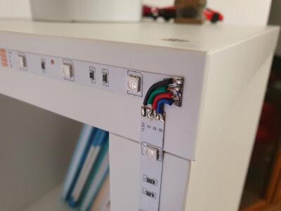 Instalace běžného LED pásku na poličku (z videa)