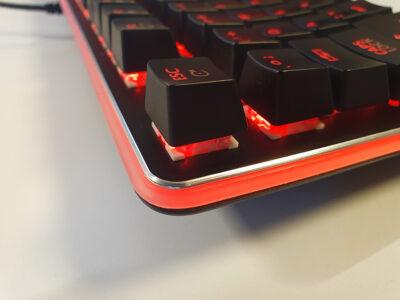 Kvalitní spínače a robustní kovové tělo klávesnice YKB 3400
