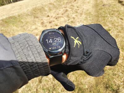 Displej hodinek Asus VivoWatch SP na slunci